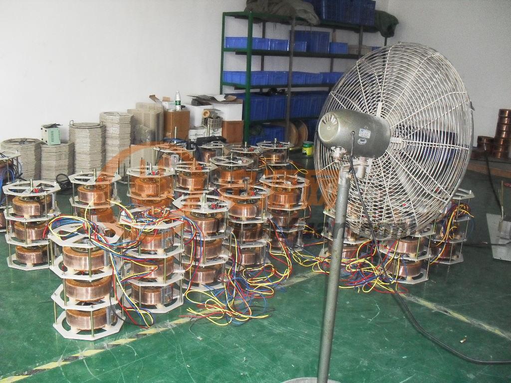 [产品介绍]: 接触式调压器实质上是一种输出(端)电压可以调节的自耦变压器,其铁心有环式与柱式两种。柱式铁心与一般变压器相似,用硅钢片叠成;环式铁心则用硅钢带卷成。在环式自耦调压器的结构中,绕组用绝缘铜线单层绕在环式铁心上。线圈部分表面磨去绝缘层而成光滑平面,用铜石墨复合做成的碳刷与它相接触。碳刷可借手轮在导线表面旋转滑动,从而改变输出电压。电流容量大于10A者,有用两个或多个碳刷并联的。自耦调压器一般都制成自冷、干式。在容量特别大或使用环境特殊的场合,也有制成油浸自冷式,3个环式单相自耦调压器共轴配装,