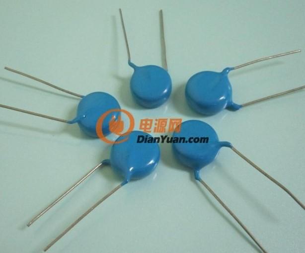 [产品介绍]: 产品名称: Y5T 20KV 3300PF高压陶瓷电容 别名:瓷片电容,陶瓷电容,高压陶瓷电容,高压瓷片电容,圆片陶瓷电容,高压圆片陶瓷电容,引线型高压陶瓷电容 产品规格:CT81-20KV-D32-F20-332M 颜色:深蓝 介质材料:Y5T瓷介 静电容量:3300PF 公差:20% 额定电压:20KV 外形:圆片形 (带引线瓷片) 外型尺寸: 直径:26m m,脚距:20 +/- 1mm,厚度:11mm 损 耗:1% 绝缘电阻:100000M 测 试 条 件:频 率1KHZ,温