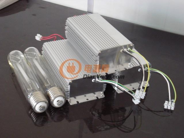 一、概述 伊贝斯系列智能调光高压钠灯、金卤灯电子镇流器,采用先进的有源功率因数(PFC)矫正技术及电子滤波(EF)措施,可使系统功率因数(PF)大于98%,有效减少了线路电流,从而降低了整个供电线路的负荷与损耗,对电网几乎无不良影响。 内置微电脑不仅完成点火、软启动、稳定功率等基本操作,还可以完成输出过流、开路保护,输入过压、欠压保护,设备温度保护和控制。更可以实现设备节能管理,根据对照明的实际需求,对道路照明进行多时段、多功率的设计和调整,从而彻底改变了目前道路照明系统对电力的粗放型利用,节能效果十分显